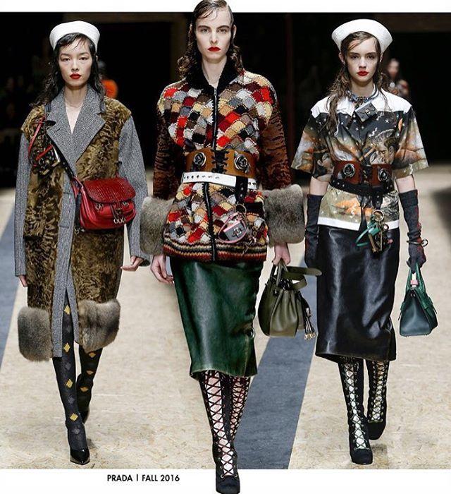 """Fhits no Instagram: """"Enquanto o principal assunto na moda é o timing das coleções, Miuccia Prada lança o que faz melhor: tendência. De volta ao espírito revolucionário da marca, o desfile apostou em botas vitorianas, mix de cintos, pelos e peles, tons terrosos e a volta do corselet! Além das estampas do artista Christophe Chemin. Um verdadeiro fashion statement! ❤️❤️Acompanhem a cobertura exclusiva da #mfw no instagram @texprima ✨ #fhitsmilao #texprimaemmilão"""""""