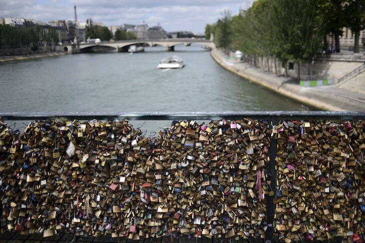 """Francja: z """"mostu zakochanych"""" - Pont des Arts w Paryżu znikają kłódki #inspiracje"""