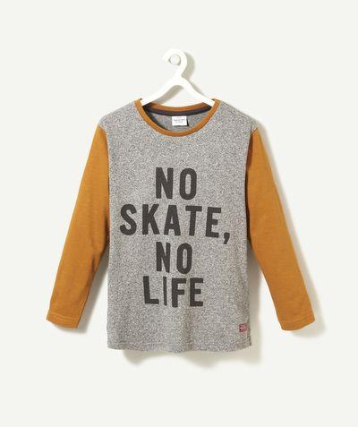 LE T-SHIRT INRO :                     Ce t-shirt aux couleurs contrastantes est un must-have pour votre garçon ! Il sera le plus branché de la cour de récré !            LE T-SHIRT NIRO, col rond, manches longues, double coloris, texte floqué.