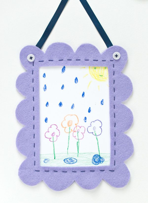 Felt frame for your kid's art. Includes DIY tutorial for this easy project.