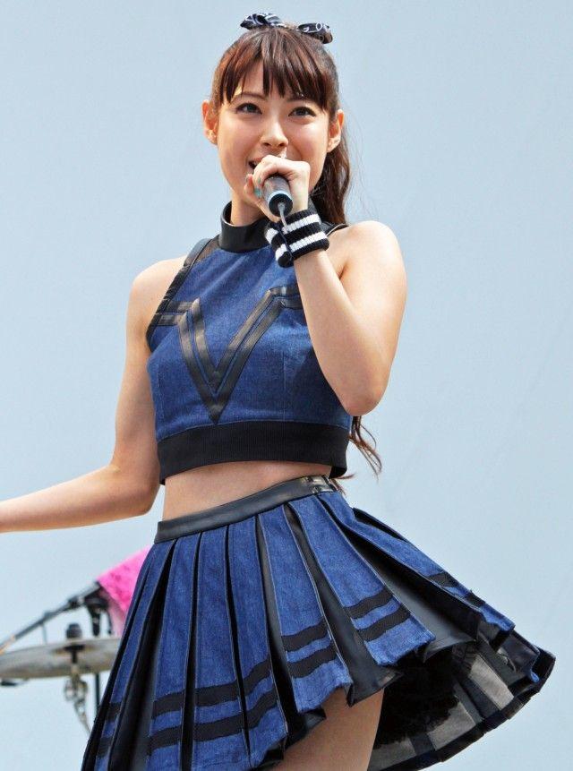 女優の瀧本美織がボーカルを務めるバンド、LAGOONが23日、ラゾーナ川崎で、セカンドシングル「KNOCKED-OUT BOY」の発売を記念したイベントを行った。