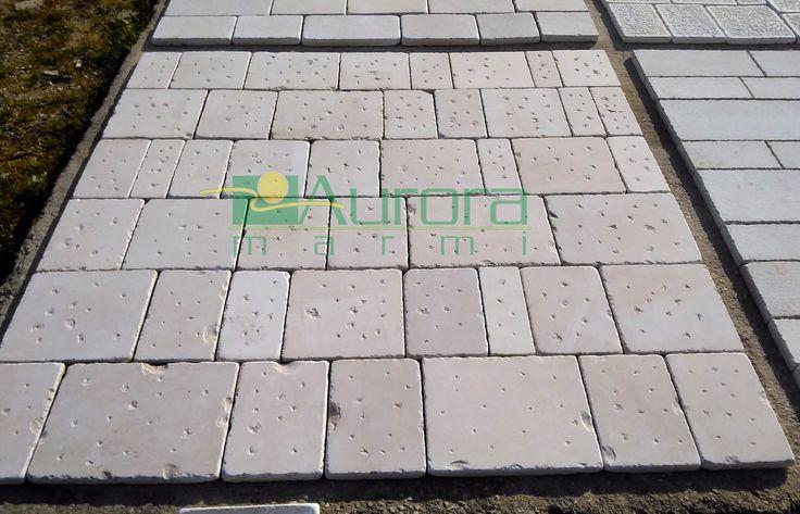 Basole di pietra leggermente puntellate e burattate per pavimentazioni esterne. Chiedi subito un preventivo! www.auroramarmi.it