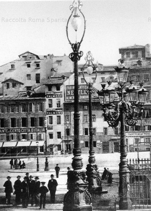 Piazza Colonna con lo spazio lasciato da Palazzo Piombino, ma con le prime lampade elettriche che daranno nuovo volto alle case e alle strade. Anno: 1893P