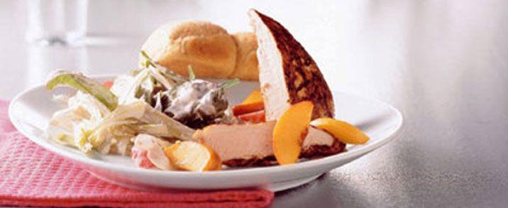 Grillet kylling med salat af syltede ferskner