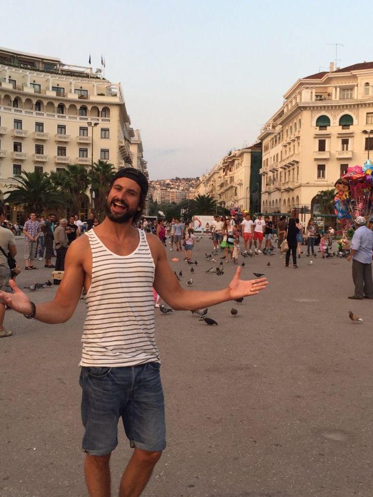 Tom Beck in einer Straße in Griechenland