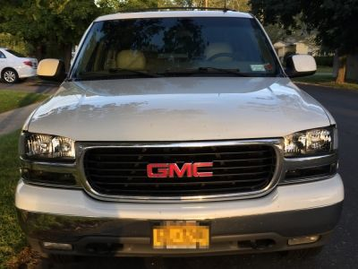 Kyle's GMC Yukon 2000-2006 with Black Clear Headlights and Bumper Lights
