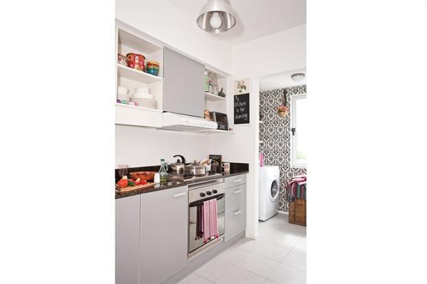 Cocina con cuarto de lavar al fondo ... El papel del cuarto de lavar, crea armonía de colores a la vez que resalta este espacio