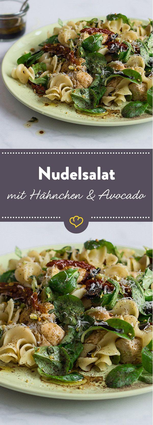 Pasta trifft zartes Hähnchen trifft gesunde Avocado - und alles in einem Salat. Wenn da keine Freude aufkommt, wissen wir auch nicht weiter.