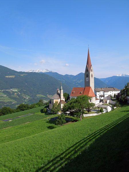 St. Andreä - kleiner Ort hoch über Brixen mit schönem Blick auf die Alpen. Von hier startet die Seilbahn zur Plose.