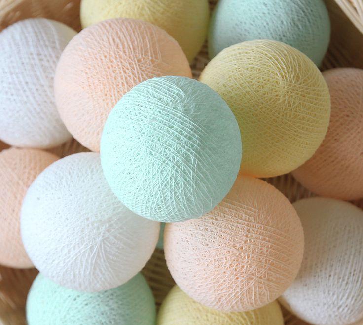 Nom du produit : Baby Pastel blanc jaune menthe Peach 20 fait main coton boule Patio parti guirlandes – fée, mariage, vacances, Home Décor  Condition : Un élément flambant neuf, inutilisé, non ouvert et en bon état dans emballage au détail dorigine.  Détail de produit : Ce produit est la guirlande lumineuse avec des boules de coton belle. Les boules de coton sont fabriqués à partir de fil de coton et attachés avec guirlande lumineuse qualité certifié. Tous nos produits sont livrés…