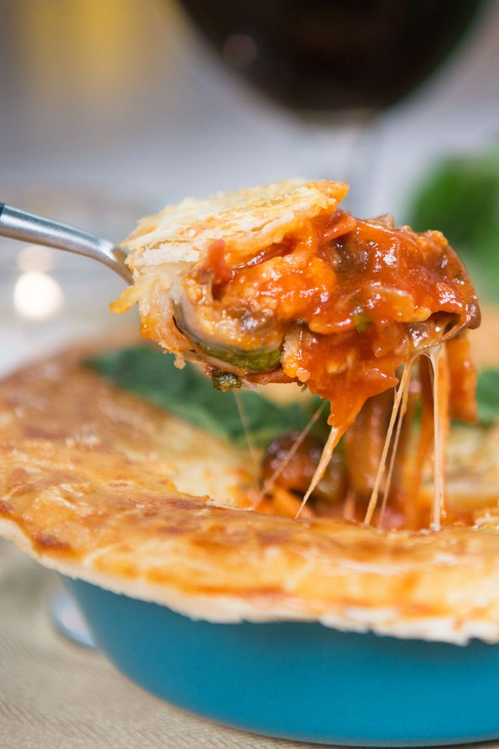 Pizza pot pie w/ layers of cheese and pepperoni and flaky pie crust @POPSUGARFood http://www.popsugar.com/food/Pizza-Pot-Pie-Food-Video-40288395?utm_campaign=share&utm_medium=d&utm_source=yumsugar via @POPSUGARFood