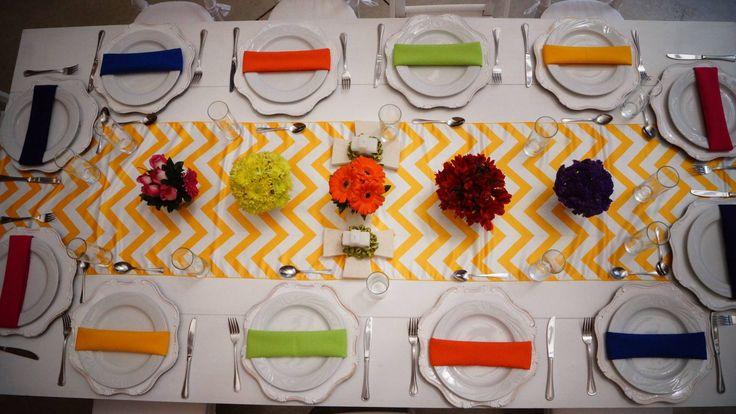 Mesa vintage de 12 personas, camino de mesa chevron blanco con amarillo, plato base, servilletas varios colores!