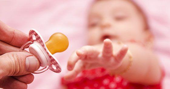 Mengajak agar anak berhenti ngedot memang tak mudah. Ketika dibujuk agar tak mengedot lagi, ia justru rewel dan sulit tidur. Padahal mengedot hingga usia 2 tahun, berisiko mengganggu pertumbuhan gigi,