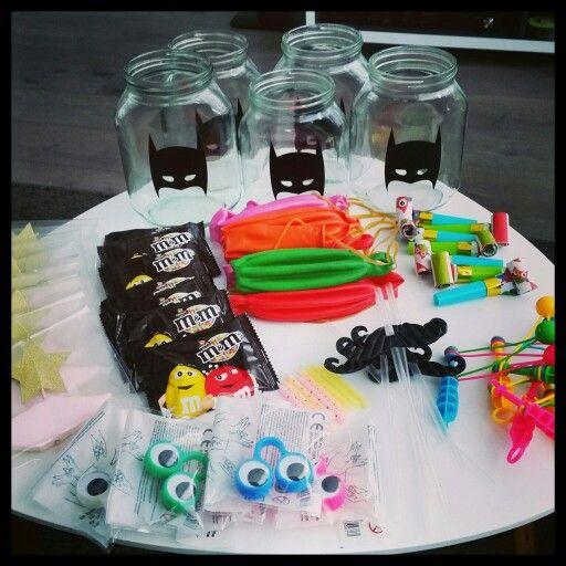 Feest in een potje! Traktatie voor mijn zoons verjaardag. Potje is gevuld met feestartikelen waar de kinderen mee kunnen manipuleren!