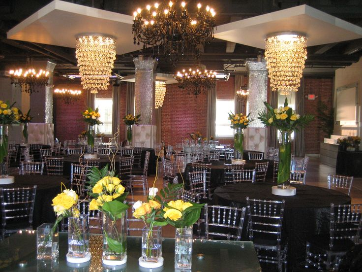 Bold and dramatic centerpieces balance the impressive setting at Tendenza.