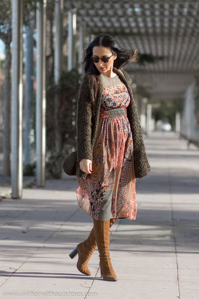 Look estilo Boho chic Vestido estampado patchwork de zara y botas altas de ante