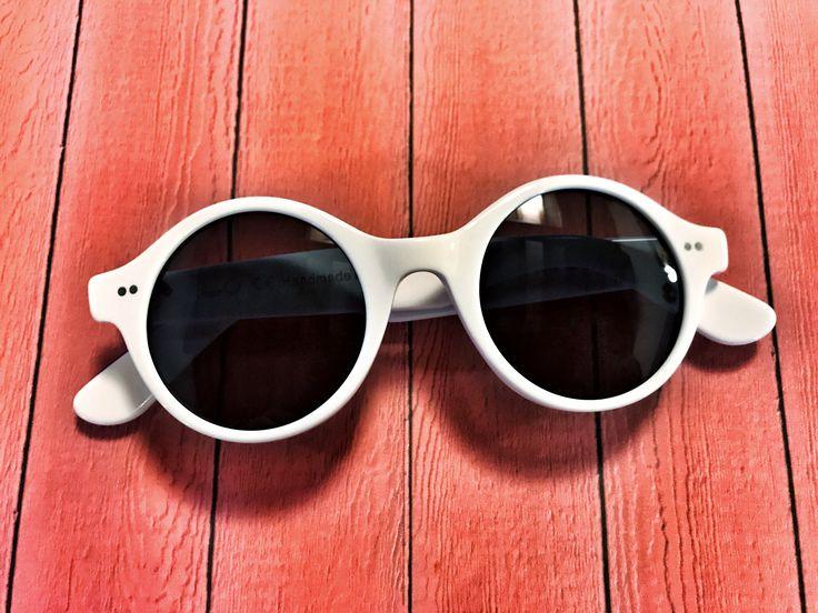 SUMMER OF LOVE - Per catturare la forza dell'estate ci vuole l'occhiale giusto. Stile n. 615 in acetato Shiny White. Occhiali da sole tondi, bianchi, sorprendentemente creativi, fatti a mano in Italia, di Pollipò Occhiali Eyewear.