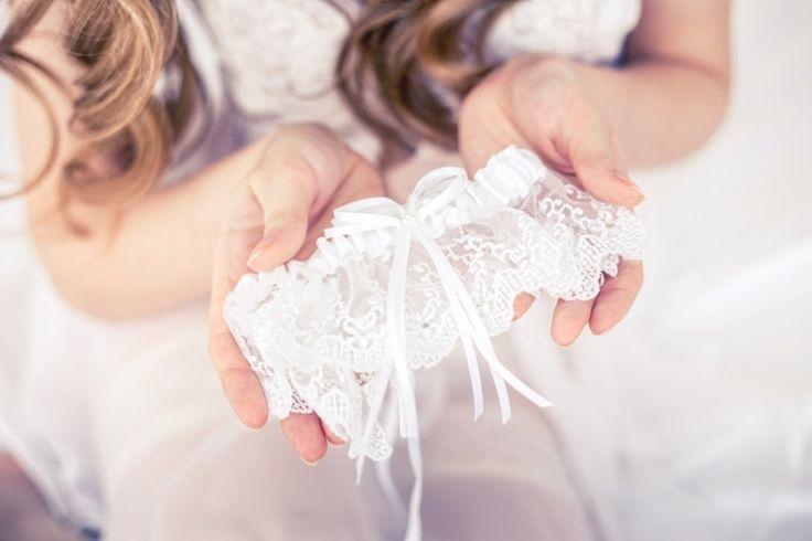 ¿Sabes en qué consiste y de dónde viene la tradición de arrojar la liga de la novia? ¡Aquí te contamos todo sobre esta costumbre!