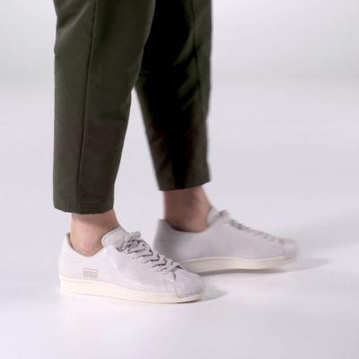 En 1970, la Superstar adidas a révolutionné le basketball avec son design en cuir et sa coupe basse. Dans les 80's, des stars du hip-hop lui consacrent un morceau et brandissent une paire sur scène à New York. C'est le début de la légende. Cette version moderne du modèle original affiche une tige en cuir premium et l'emblématique «shell-toe» en caoutchouc. Les 3 bandes sont remplacées par un graphisme ton sur ton «adidas Superstar». Véritable must-have streetwear, elle est pile da...