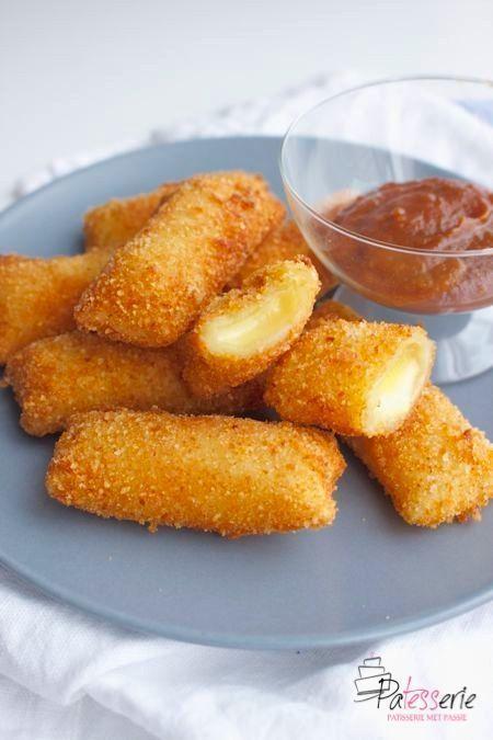 Kaas is een van mijn favoriete Nederlandse dingen. Deze mini kaassoufflés zijn een ideale snack om zelf snel te maken. Lekker voor bij de borrel!
