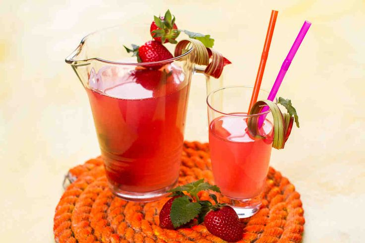 Lemoniada z rabarbaru i truskawek. #smacznastrona #poradyTesco #przepisyTesco #Tesco #truskawki #mniam #food #lemoniada #rabarbar