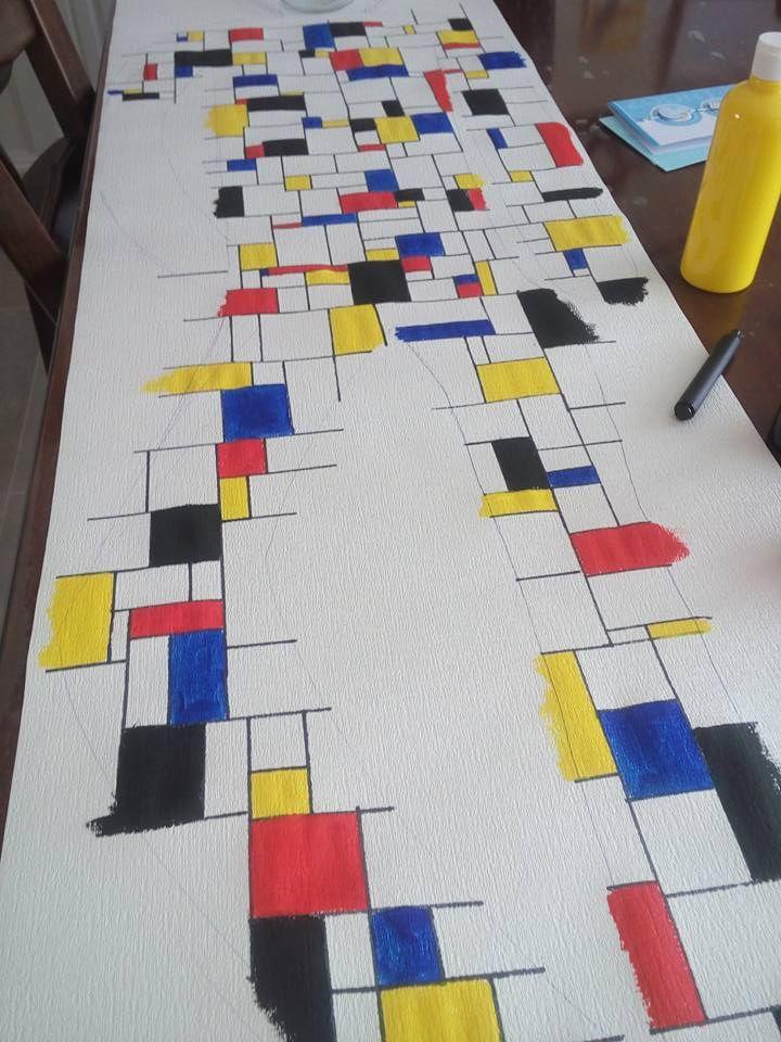 Groep 7, Keith Haring en Piet Mondriaan. Op behangpapier eerst een houding aannemen van Keith Haring, omtrekken en daarna met een liniaal de 'hokjes' van Piet Mondriaan tekenen en inkleuren/verven.