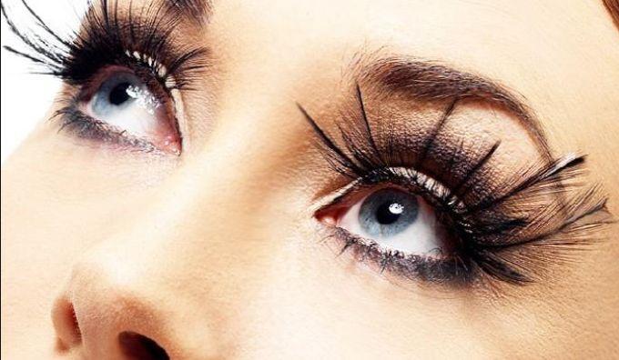 УХОД ЗА РЕСНИЧКАМИ    После процедуры ваши ресницы выглядят великолепно – они более густые, длинные и темные. И что самое важное, ухаживать за ними очень просто. Следуйте несколько простым правилам:  Не мойте глаза в течение 24 часов после процедуры.  Не посещайте бассейн или SPA в течение 48 часов после наращивания. Будьте аккуратны с ресницами Не трите глаза Избегайте использование водостойкой туши или с содержанием масла. Тушь должна быть на водной основе, для ее снятия пользуйтесь…