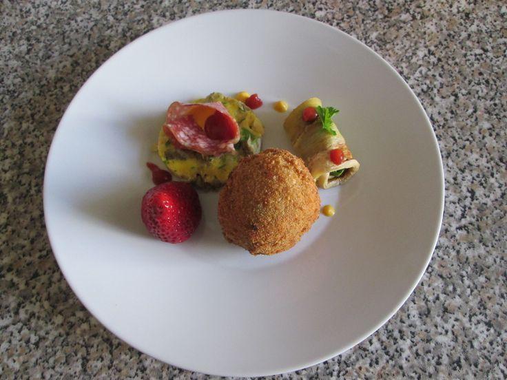 Fragola ,  salame e  frittata  di carciofi ,arancino  di riso classico e involtino di melenzana  Gino D'Aquino
