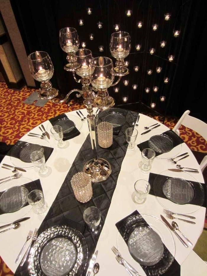 runder Tisch mit weißer Tischdecke und dunkelgrauem Tischläufer