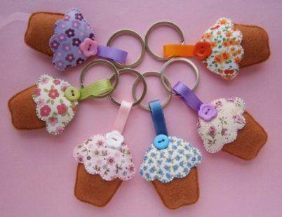 Llaveros artesanos con forma de cupcake del Ecomercadillo