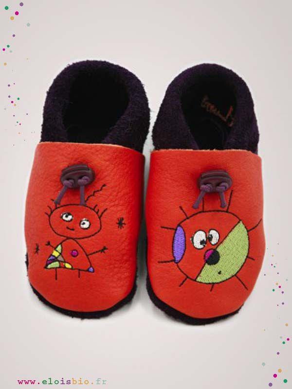 Chaussons  « La p'tite Miro » pour bébés et enfants. Ces chaussons sont réalisé en cuir écologique avec comme broderie une petite fille sur le pied droit et un soleil sur le pied gauche.