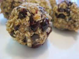 Boules énergisantes et coupe-faim au chocolat, avoine et canneberge ici : http://maigrirsansfaim.net/boules-denergie-a-la-canneberge-et-chocolat/