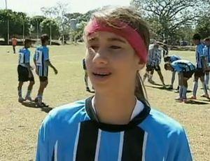 Menina joga em time de meninos  Bruna em matéria para o É Gol (Foto: Reprodução/SporTV)