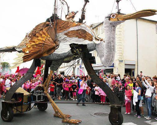 Un oiseau, haut de plus de cinq mètres, se faufilera dans les rues de...