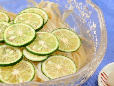 maepee さんのレシピ「さっぱり爽やか!すだちの冷やしうどん」を動画でご紹介。 すだちをまるごと1個使った、見た目にも涼やかな冷たいうどんのレシピ。スープは先に作って冷やしておくと、よりおいしくいただけます。うどんの代わりにそうめんやひやむぎ、お蕎麦でも。「一面に浮かんだすだちが目を引きます!さわやかな香りと上品な見た目で、来客時のおもてなしにもよさそうです」(スタッフ談)