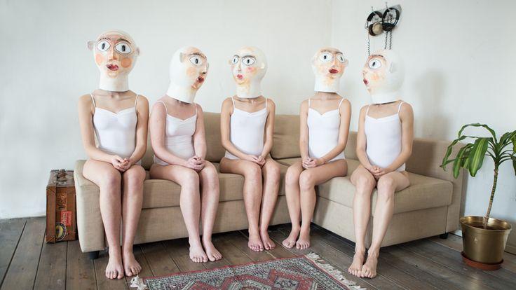 Итальянский фотограф Джузеппе Пальмизано создает асбурдные эротические снимки, соединяя обнаженных девушек с предметами мебели.