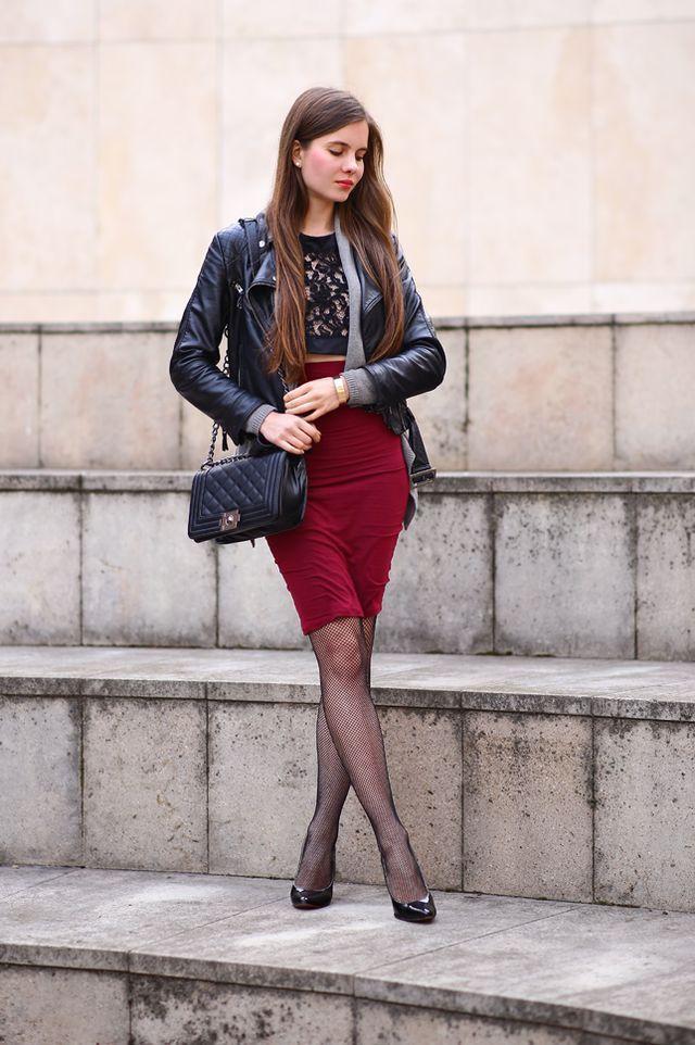Ramoneska, ołówkowa bordowa spódniczka, czarne rajstopy kabaretki i szpilki