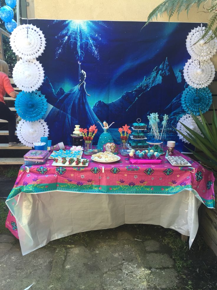 Frozen Party table and food