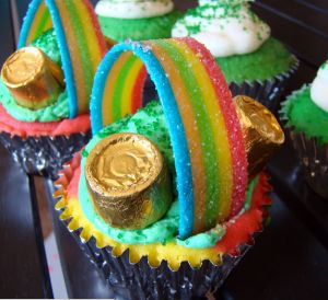 10 St. Patrick's Day treats  So CUTE! Love the rainbow sour ribbons.  #yum #cute #stpatricksday