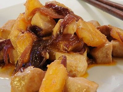 R OMA – Un piatto leggero ma dal sapore intenso. Il pesce spada saltato nel wok con l'ananas è una ricetta della tradizione orientale. Ottimo accompagnato con del riso. Ingredienti: 2 tranci di pesce spada (500 grammi circa) 2 cipolle rosse 100 grammi di ananas in scatola al naturale conservato in succo 2 cucchiai di …