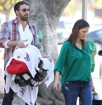 Ben Affleck y Jennifer Garner llevando a su hijo en un portabebés de Britax Römer
