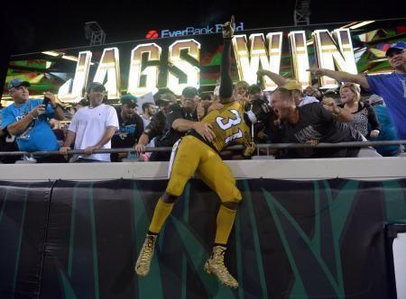地元ファンとともに勝利を喜ぶジャガーズのCBハウス=ジャクソンビル(USA TODAY・ロイター=共同) ▼20Nov2015共同通信|NFL、ジャガーズが競り勝つ 第11週第1日 http://this.kiji.is/40319626969841665?c=39546741839462401