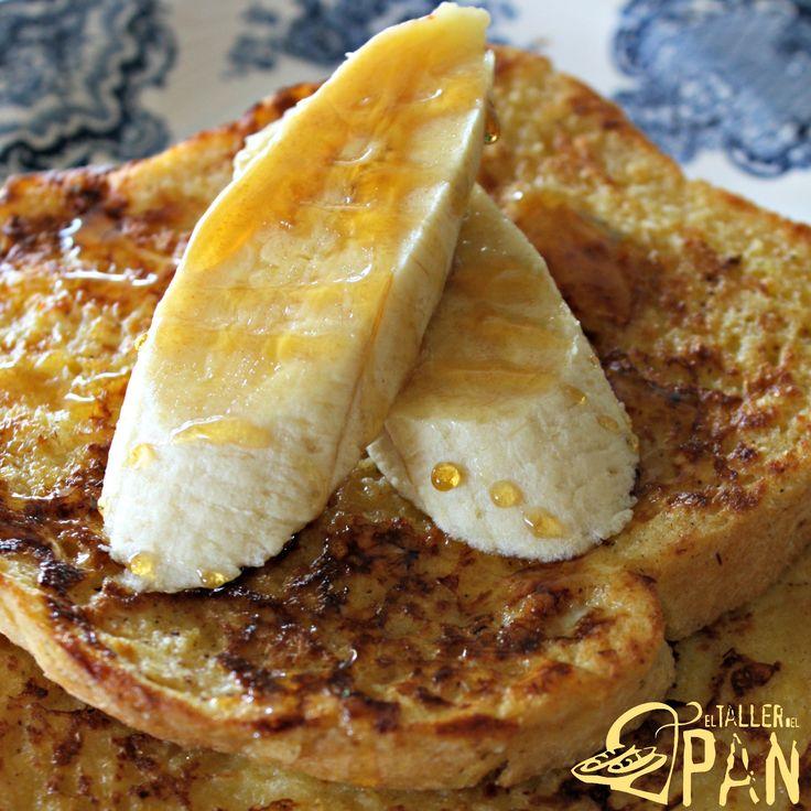 Tostadas francesas elaboradas con nuestro pan de miga blanco. Acompáñelas con banano y miel.