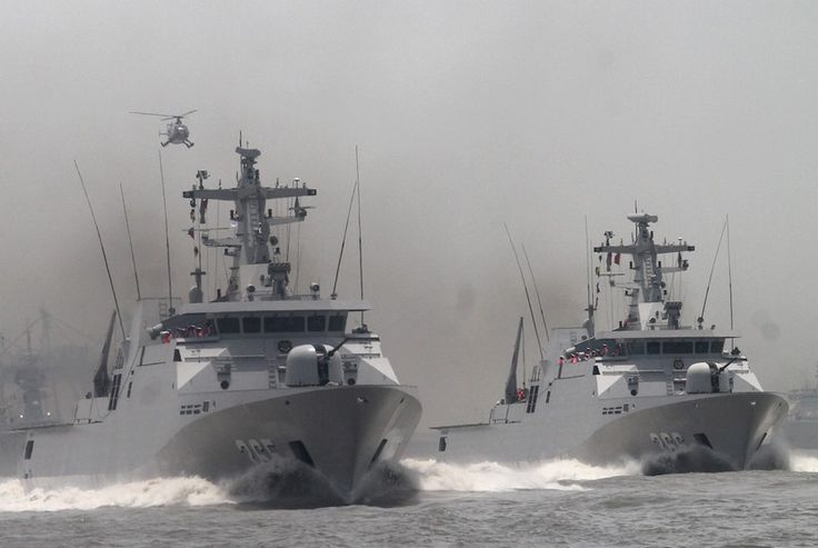"Sejumlah Kapal Republik Indonesia (KRI) melakukan ""Sailling Pass"" saat peringatan HUT ke-69 TNI yang digelar di Dermaga Ujung, Koarmatim, Surabaya, Jawa Timur, Selasa (7/10). Sebanyak 42 kapal perang dikerahkan dalam peringatan HUT ke-69 TNI, antara lain kapal baru jenis Multi Role Light Frigate (MRLF) yang dibeli dari Inggris dan diberi nama KRI Bung Tomo-357, KRI John Lie-358, dan KRI Usman Harun-359. (ANTARA FOTO/Suryanto/NZ/14)"