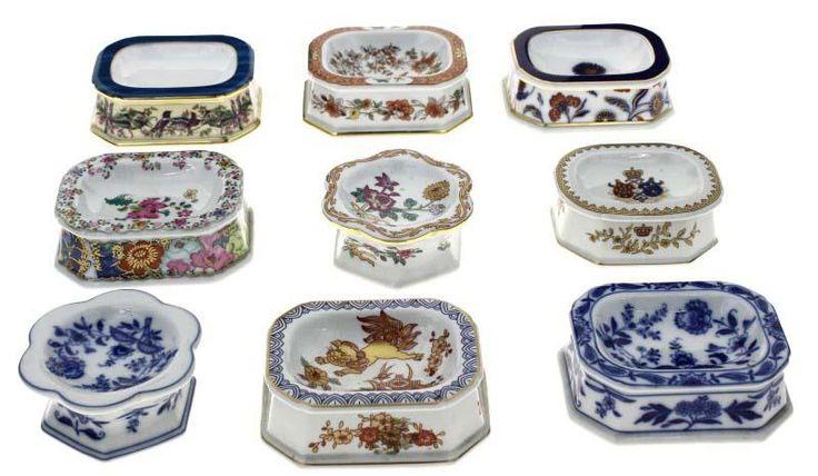 Lote 425 - VISTA ALEGRE – Colecção de 9 saleiros em porcelana Vista Alegre, com decorações diversas, tais como folha de tabaco, margão, samurai, entre outras - Current price: €1