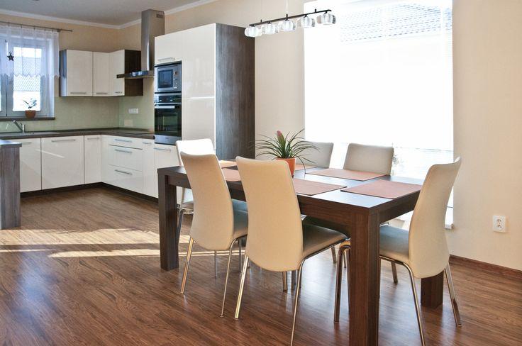 Velmi vkusná kuchyňská linka působící příjemným a útulným dojmem. Majitelé vsadili při výběru kuchyně na přírodní tóny a krásné moderní dekory dřeva.