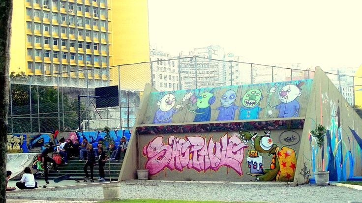 Uma das raras áreas de lazer no centro com quadra multiuso, rampa de skate.... a moçada nas escadas, rodeados por grafites.