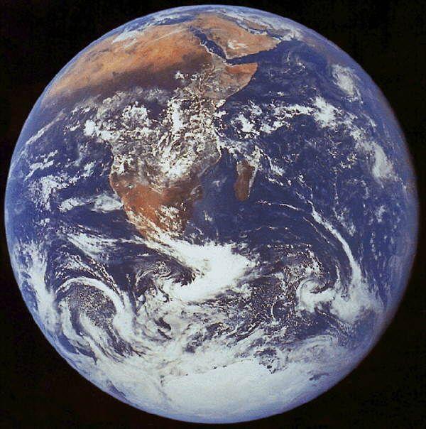 La Tierra gira alrededor del Sol en una órbita poco excéntrica. El plano de esta órbita es tomado como referencia para medir las inclinaciones de los planos orbitales de los otros planetas los que, a excepción del Plutón, se separan en pocos grados o fracciones con respecto a este. La Tierra emplea 365, 256 días para realizar una vuelta completa alrededor del Sol, desplazándose a la velocidad de 29, 79 km. /seg. a lo largo de su órbita. Nuestro planeta también tiene un movimiento de…