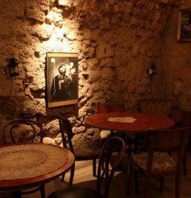 Piwnica pod Baranami to jeden z najbardziej znanych pubów w Krakowie, który każdy turysta musi zobaczyć, siedziba najsłynniejszego Kabaretu literackiego w Polsce