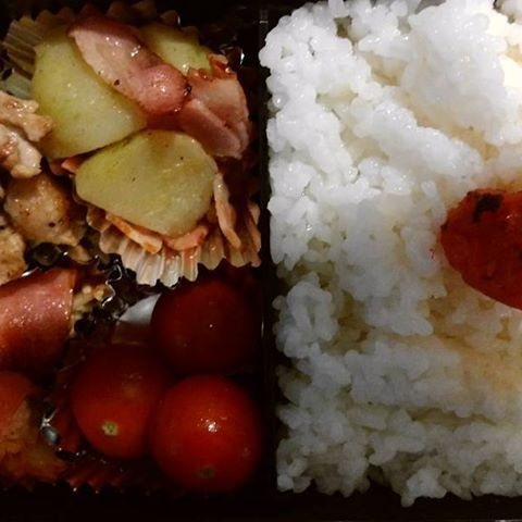 今日のお弁当。  にんにくの肉炒め、ジャーマンポテト とまと えのきとキムチのベーコン巻き #ベーコン巻き #弁当 #料理 #お弁当 #手作り #手作り弁当 #肉 #肉炒め #とまと #ジャーマンポテト #ベーコン #ジャガイモ #アイディア #主婦 #